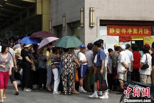 Жители Шанхая стоят в очереди для покупки пряников