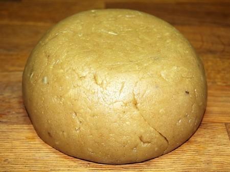 Замешиваем плотное имбирное тесто