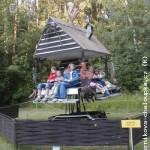 Дети могут покататься на карусели, сделанной как пряничный домик