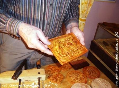 Мастер показывает формы для пряников